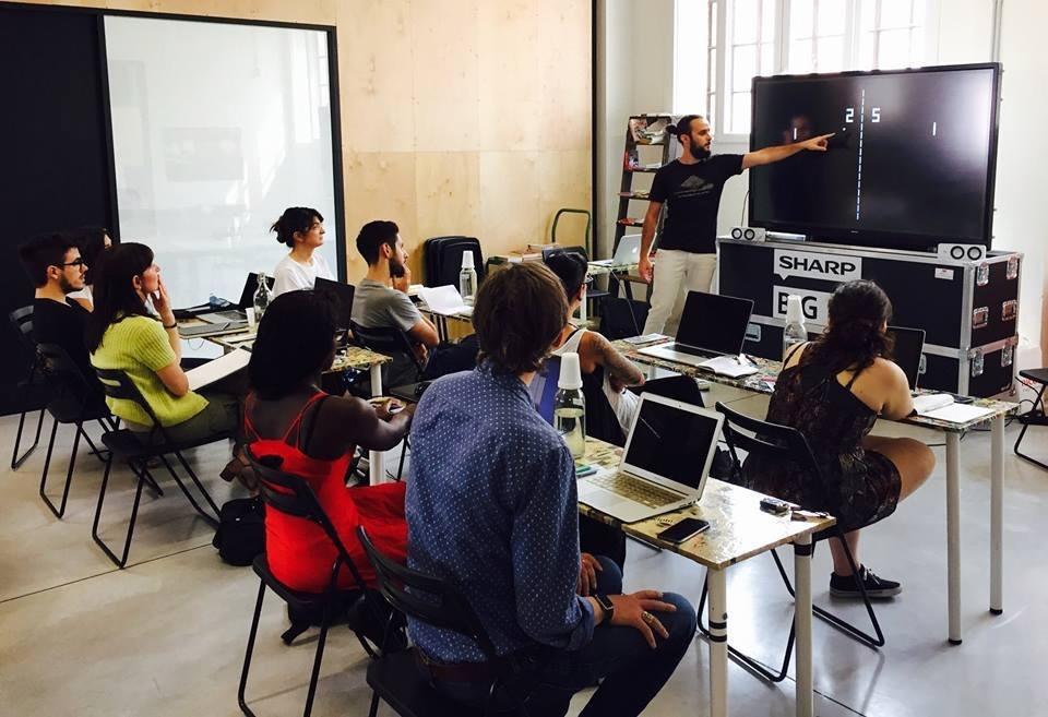 Un'aula piena di studenti per il workshop di Creative Coding